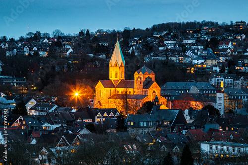 Fotografiet Abteikirche St. Ludgerus in Essen-Werden, beleuchtet am Abend