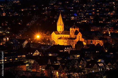 Abteikirche St. Ludgerus in Essen-Werden, beleuchtet am Abend Fototapet
