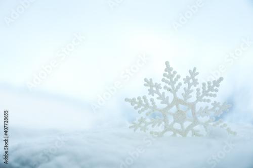Piękny ozdobny płatek śniegu w białym śniegu, na zewnątrz. Miejsce na tekst
