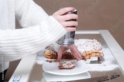 Fototapeta Szarlotka deser posypywanie cukrem pudrem obraz