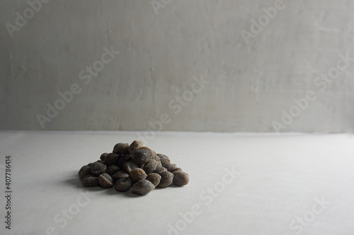 Fototapeta perlas de propóleo en mesa de cocina vintage