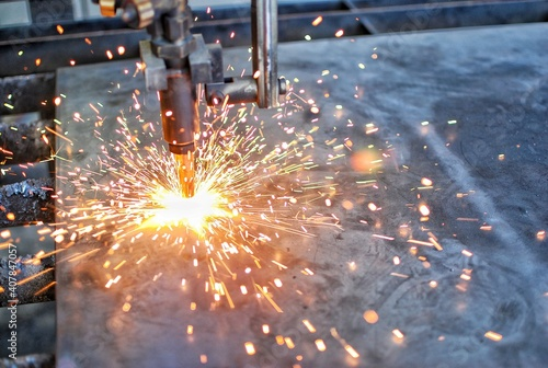 Foto Cutting machine is starting to cut thick steel. Sparks and heat.