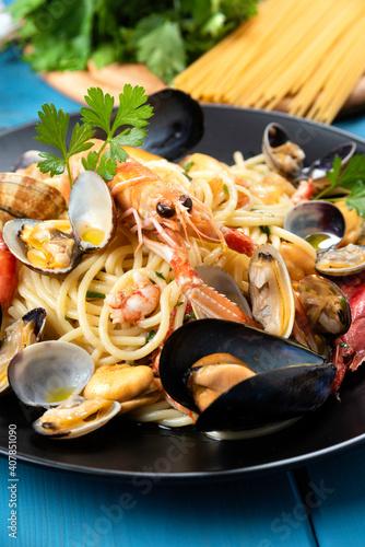 Tela Piatto di tipici spaghetti allo scoglio, ricetta di pasta italiana con frutti di