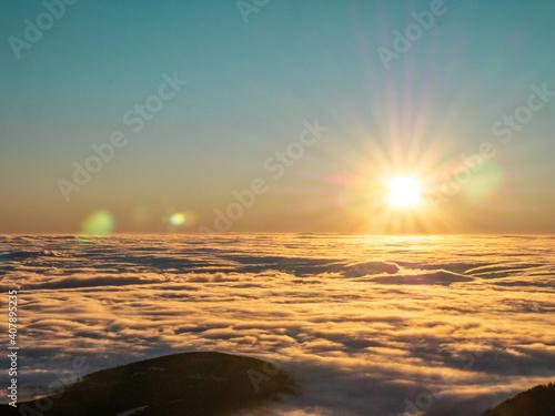 Fototapeta wschód słońca nad chmurami obraz