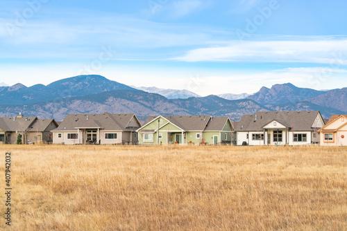 Domy wzdłuż przedniego pasma gór Rocy w Kolorado
