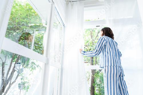 パジャマを着た女性 後ろ姿 Fototapet