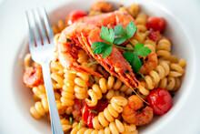 Piatto Di Deliziosi Fusilli Con Pomodorini E Gamberi, Cucina Italiana