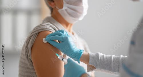 Cuadros en Lienzo Doctor giving a senior woman vaccination