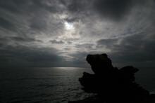 Mar Mediterráneo Con Cielo Nublado Y Resplandor Del Sol Sobre El Agua, Roca A Contraluz.