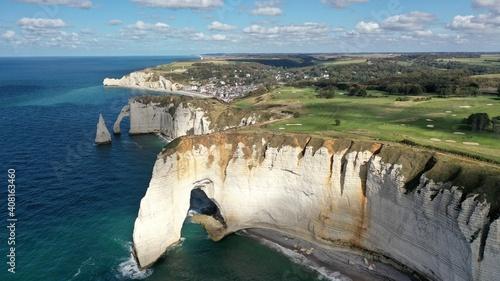 Fotografiet ville d'Etretat en Normandie et ses falaises vue du ciel