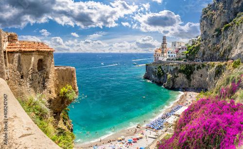 Krajobraz z dziką plażą w mieście Atrani na słynnym wybrzeżu Amalfi, Włochy