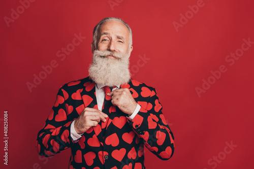 Canvas-taulu Photo of bearded gentleman adjust tie self-assured look camera wear heart print