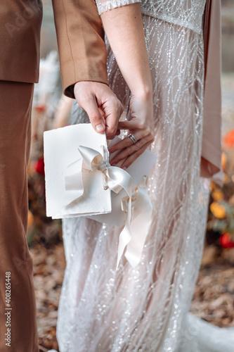 Fotografia bride and groom holding hands