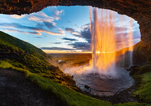 Wasserfall Seljalandsfoss Island Reise Mittsommernacht Horizont Sonnenuntergang Höhle Farbenspiel Perfekter Augenblick Sehenswürdigkeit Höhle Öffnung Vorhang Idyll Traum Naturschauspiel Panorama Weite