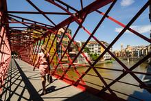 Puente De Las Pescaterias Velles, Fabricado Por La Casa Eiffel En 1877, Sobre El Rio Onyar, Con La Iglesia De Sant Feliu Al Fondo,Girona,Catalunya, Spain, Europa