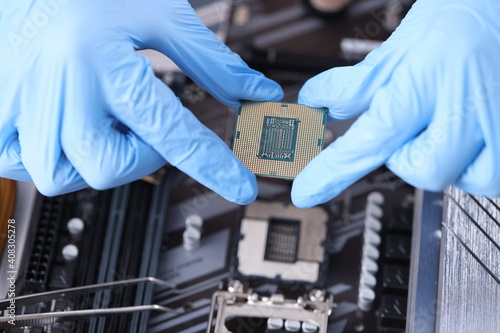 Carta da parati Master holds microcircuit over computer boards closeup