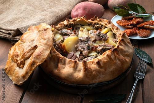 Photo Panada Sarda, pietanza tipica della Sardegna a base di pasta cotta al forno e ri