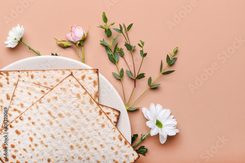 Fototapeta Plate with Jewish flatbread matza for Passover and flowers on color background obraz