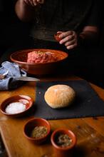 Acción De Condimentar Carne En Recipiente De Barro Receta Casera Con Especias