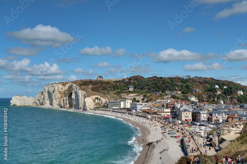 Canvastavla les falaises et le village d'Etretat en Normandie