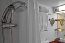 Modernes Badezimmer Auf Kreuzfahrtschiff - Modern Bathroom Of Cabin Or Stateroom In Red Plastic