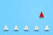 一歩先行く赤い紙飛行機。新しいアイデア・ビジネス、先行性、創造性、ソリューションのビジネスコンセプト
