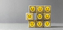 Lachende Smileys - Einer Ist Unglücklich Und Wird Ausgegrenzt - Konzept Mobbing, Ausgrenzung, Burnout Im Job Oder Freundeskreis