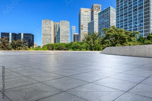 Pusta kwadratowa podłoga i nowoczesne budynki komercyjne w Pekinie w Chinach.