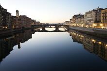 View Of Arno River From Bridge Ponte Vecchio Aka Ponte Vecchio In Florence, Italy - ポンテ・ヴェッキオ ヴェッキオ橋からのアルノ川 景色 フィレンツェ イタリア