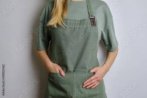 Fotografía A woman in a kitchen apron
