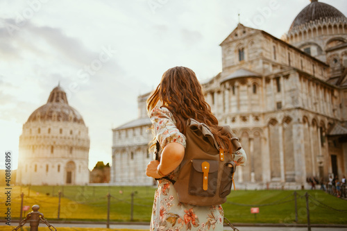 Fotografía Seen from behind woman in floral dress having excursion