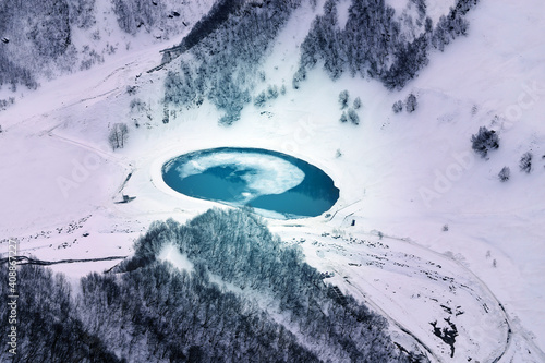 Photo background blue lake in the snowy mountains © tanor27