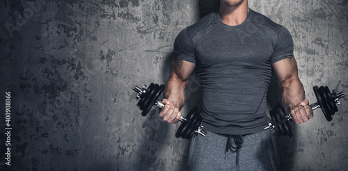 Bodybuilder doing biceps curls with dumbbells Fototapet