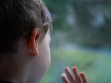 Enfant Qui Regarde Par La Fenêtre 1