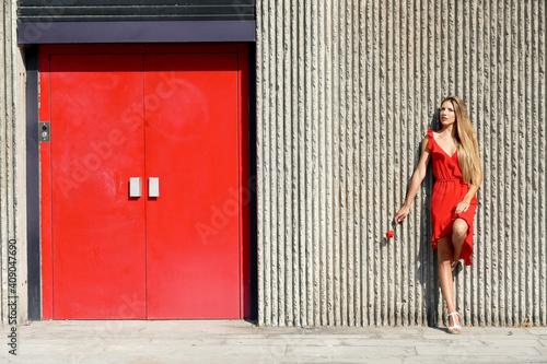 Obraz Bella giovane donna con vestito rosso - fototapety do salonu