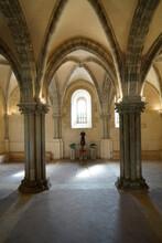 Sala Capitolare Di Un ' Abbazia Medievale Con Colonne , Archi Che Si Incrociano Sul Soffitto , Bella L ' Illuminazione E Finestra In Controluce