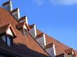 Rote Dachziegel und kleine Gauben des Marstalls vor strahlend  blauem Himmel