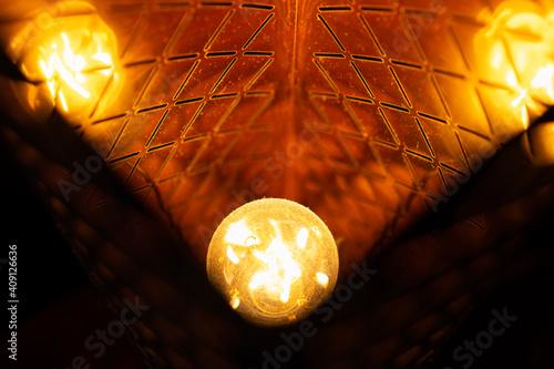 Canvas Print Lumière orange d'une ampoule et ses reflets