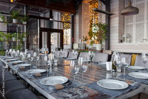Carta da parati Modern veranda restaurant interior, banquet setting, glasses, plates