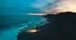 Seguire il proprio istinto. Ragazzo con fiaccola sulla spiaggia deserta.