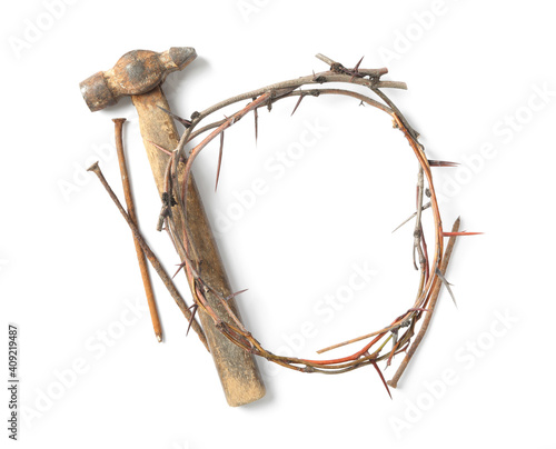 Photo Crown of thorns, nails and hammer on white background, top view