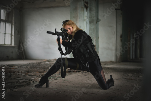Fotografering Woman special agent with a rifle concept.
