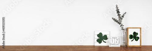 Photo St Patricks Day decor on a wood shelf