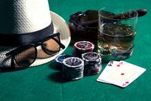 Mão De Pôquer Com Chapéu Estilo Panamá Charuto Fichas E Como De Scotch