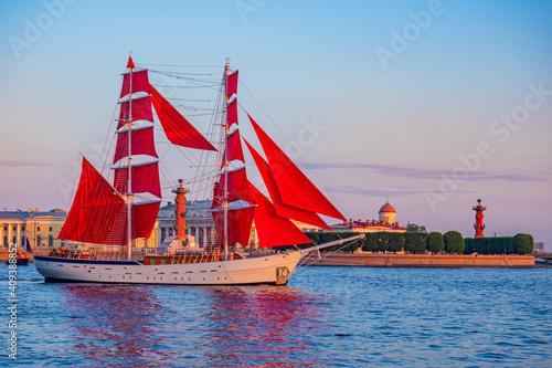 Obraz Saint Petersburg. Russia. Ship with scarlet sails on the background of Vasilievsky island. Brigantine with scarlet sails on the Neva. White nights in St. Petersburg. Holiday Scarlet sails. - fototapety do salonu
