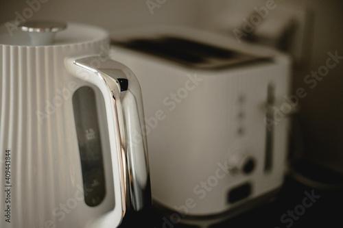 biały toster i czajnik w kuchni typu loft w bliskim ujęciu  - fototapety na wymiar