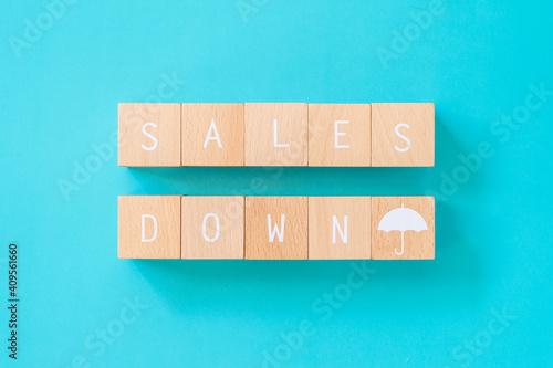 Fotografie, Obraz 売り上げダウン | 「SALES DOWN」と書かれた積み木ブロック