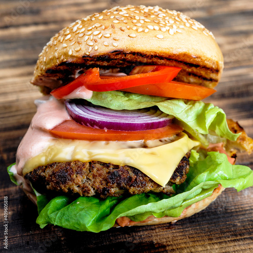Fototapeta burger, hamburger, cheeseburger, jedzenie, ser, wołowina, bułeczki, sałata, kanapka, pomidor, posiłek, lunch, fast food, salada, cebula, obiad, keczup, przekąska obraz