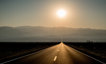 Die Weite Des Südwesten Der USA In Einem Bild. Sonnenaufgang Nahe Dem Death Valley, USA.