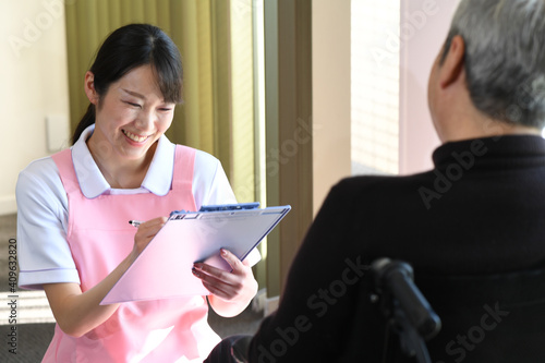 Canvas Print カウンセリング(問診)をする介護士とシニアの男性
